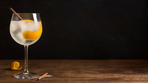 Alkoholischer cocktail mit kopierraum