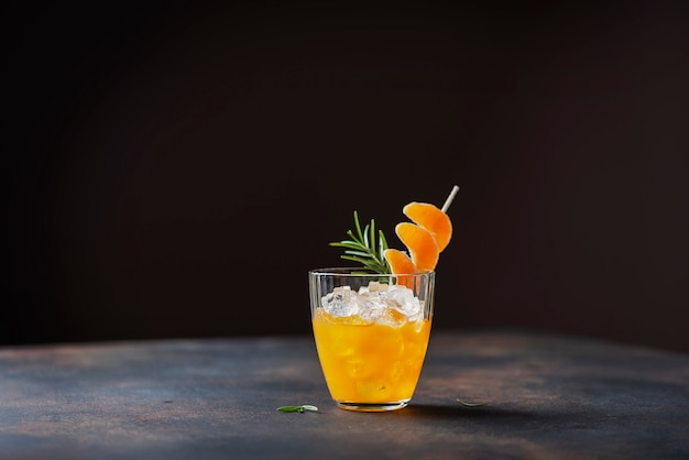 Alkoholischer cocktail mit mandarinen