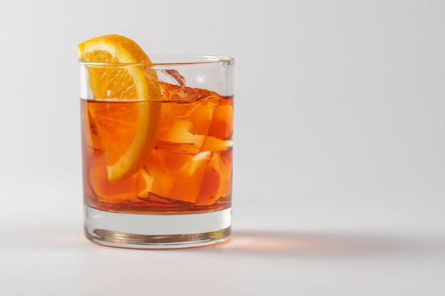 Alkoholischer cocktail mit orange im glasglas