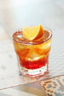 Alkoholischer cocktail mit orangenscheiben
