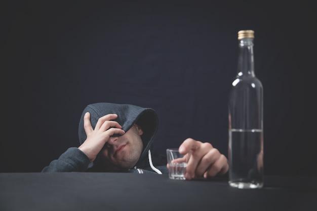 Alkoholischer mann mit wodka-schuss