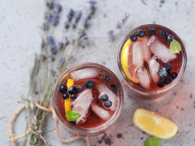 Alkoholisches blaubeercocktail mit lavendel gin und tequila oder blaubeermojito