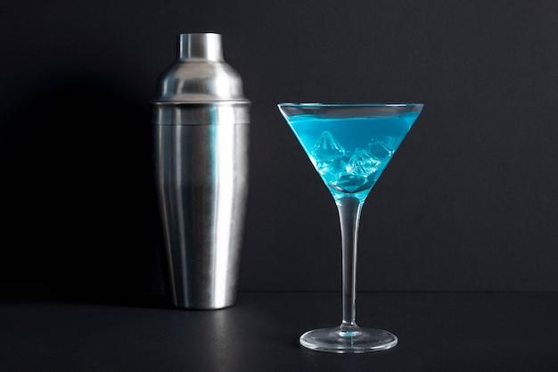 Alkoholisches cocktail der nahaufnahme mit schüttel-apparat