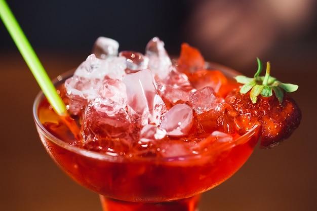 Alkoholisches cocktail mit erdbeere.
