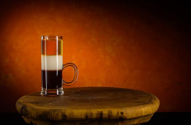 Alkoholisches cocktail schoss b52 auf hölzernem weinlesebehälter