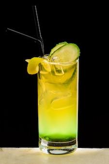 Alkoholisches getränk an der bar
