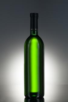 Alkoholisches getränk in einer flasche
