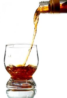 Alkoholisches getränk in glas gießen
