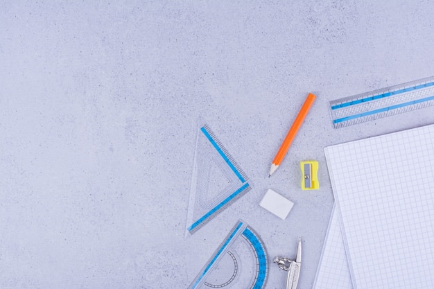 Alle arten von büro- oder schulwerkzeugen isoliert auf grau.