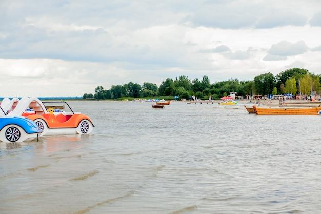 Alle neuen segelkatamaran auf täglicher tour im flachwasser
