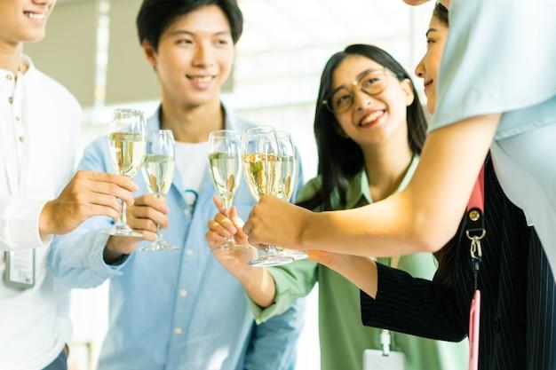 Alle trinken champagner und gratulieren einander zum neuen jahr