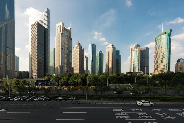 Allee shanghais jahrhundert der straßenszene in shanghai lujiazui, china.
