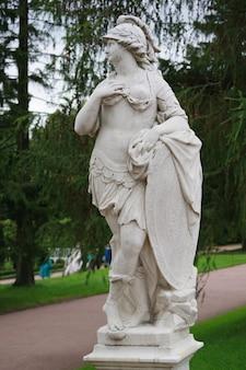 Allegorische marmorskulptur militärische tapferkeit im park zarskoje selo in sankt petersburg, russland