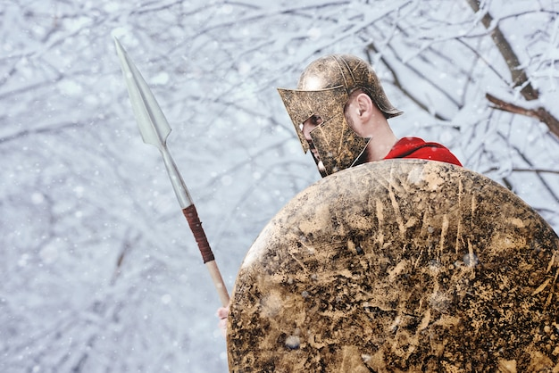 Allein der spartanische krieger hält seine rüstung im wald