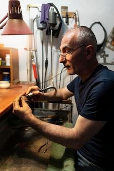 Allein im atelier arbeitender schmuckmacher