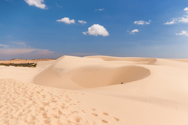 Allein mann in der wüste. die weißen dünen - markstein nahe mui ne, binh thuan, vietnam.