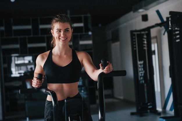 Allein trainieren. wunderschöne blonde frau im fitnessstudio zu ihrer wochenendzeit