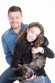 Alleinerziehende familie mit tochter und schwarzem hund