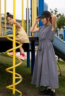 Alleinerziehende mutter spielt mit ihrer tochter in einem park