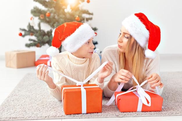 Alleinerziehendes und feiertagskonzept - porträt der mutter, die weihnachten zu hause an heiligabend feiert.