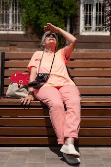 Alleinreisende ältere frau im sommer