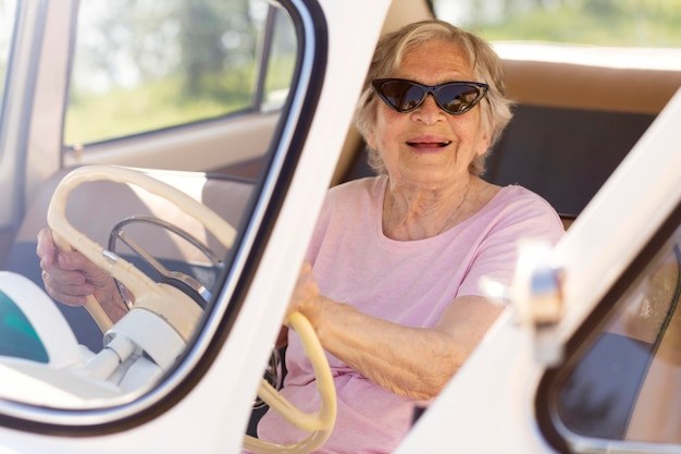 Alleinreisende ältere frau