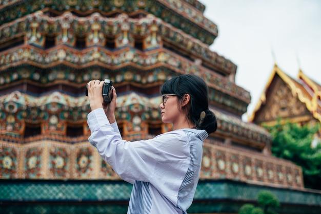 Alleinreisende der asiatin und machen alte pagodengebäude des fotos