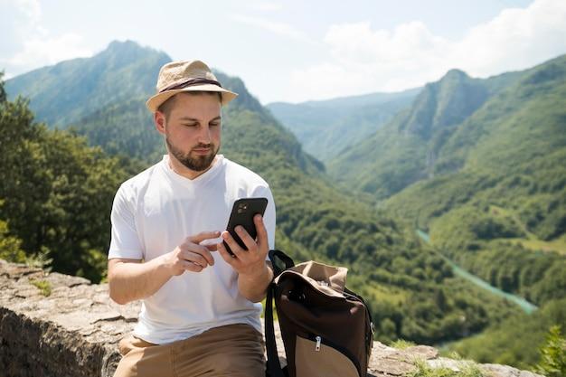 Alleinreisender mann in montenegro