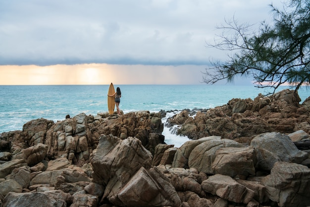 Alleinreisendmädchen am strand, phuket thailand