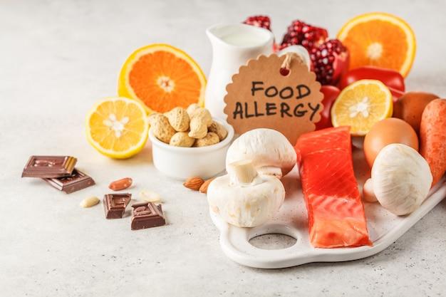 Allergie-food-konzept. allergien gegen fisch, eier, zitrusfrüchte, schokolade, pilze und nüsse.