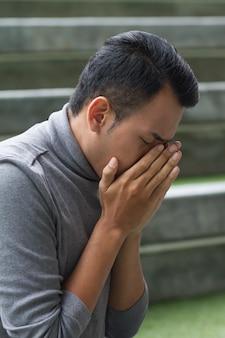Allergisch kranker asiatischer mann mit laufender nase und niesen
