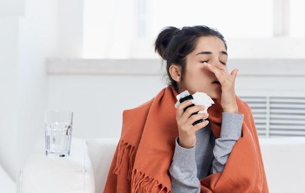 Allergische reaktion junge frau mit serviette im handmodellkopfschmerz. hochwertiges foto