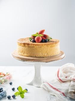 Alles gute zum geburtstag frischer obstkäsekuchen mit alles gute zum geburtstag auf kuchenkonzept mit erdbeer-kiwi-obstkuchen. lebensmittelkonzept.