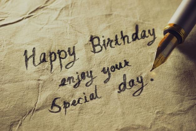 Alles gute zum geburtstag, genieße deinen besonderen tag. weinlesemessingstiftschreibens-geburtstagsgrüße auf altem papier.
