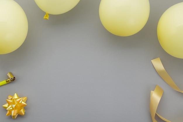 Alles gute zum geburtstag hintergrund, flache laien party dekoration auf farben des jahres 2021
