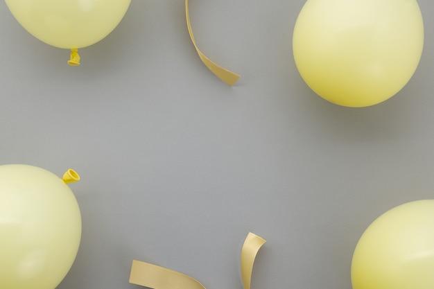 Alles gute zum geburtstag hintergrund, flache partydekoration auf pastellgrauem hintergrund.
