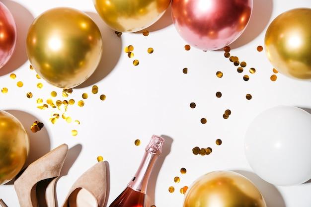 Alles gute zum geburtstag oder partyhintergrund flache lage mit geburtstagsballons draufsicht kopienraum