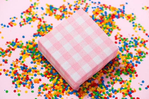 Alles gute zum geburtstag und geschenkbox auf süßigkeiten hintergrund