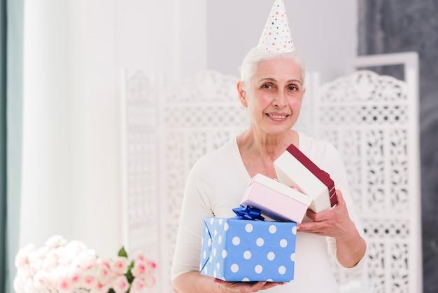 Alles- gute zum geburtstagfrau, die geschenkboxen hält