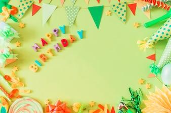 Alles- Gute zum Geburtstagtext mit Zubehör auf grünem Hintergrund
