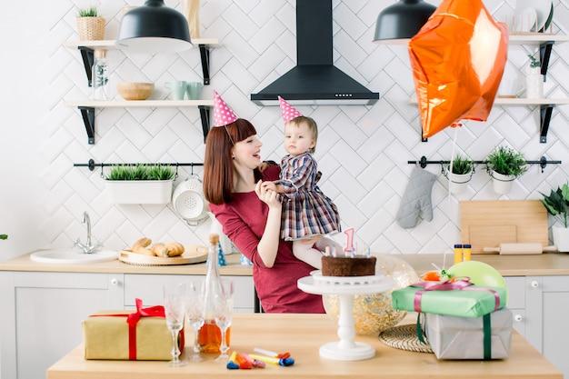 Alles gute zum kindergeburtstag. mutter, kleine tochter, luftballons, kuchen, geschenke