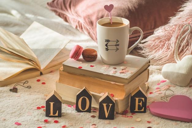 Alles gute zum valentinstag postkarte. liebeskonzept für muttertag und valentinstag. herzen und die bücher mit tasse kaffee. valentinskarte mit platz für text