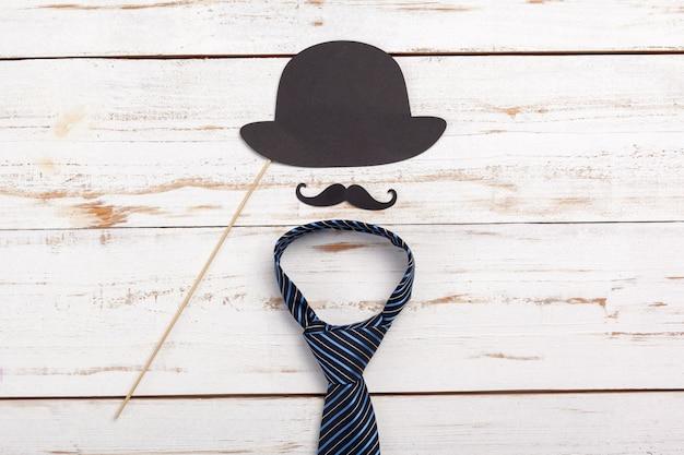 Alles gute zum vatertag. krawatte auf dem holztisch