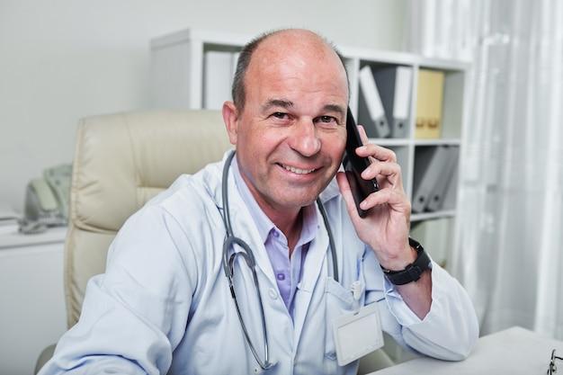 Allgemeinarzt, der mitarbeiter anruft