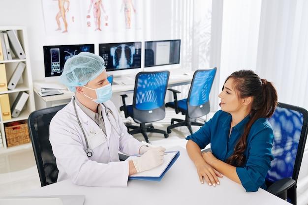Allgemeinarzt im gespräch mit dem patienten