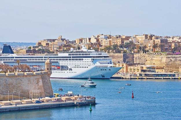 Allgemeine ansicht des großartigen hafens valletta in malta mit großem kreuzfahrtschiffschiff in der seebucht.