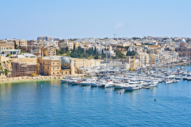 Allgemeine ansicht des jachthafens von kalkara und des stadtbilds der authentischen stadt von malta.