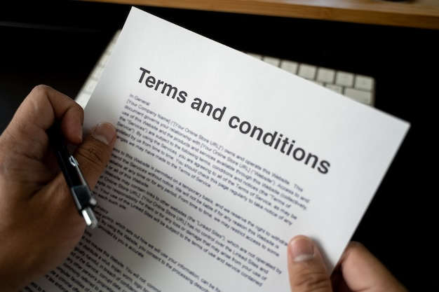 Allgemeine geschäftsbedingungen geschäftsmann, der die allgemeinen geschäftsbedingungen des vertragsbüros überprüft