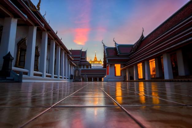 Allgemeiner markstein des goldenen berg-tempels in bangkok, thailand an der dämmerung (wat sraket rajavaravihara).