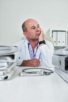 Allgemeinmediziner nachdenken